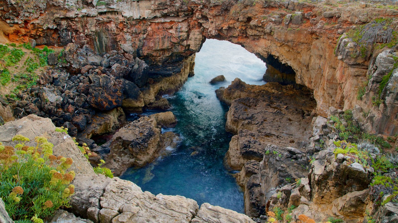 After renting a bike in Cascais you can ride to Boca do Inferno