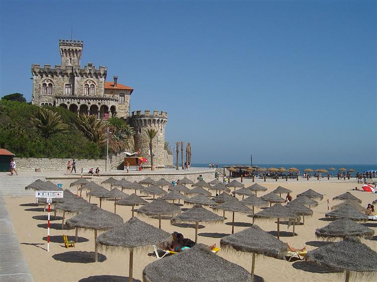 After renting a bike in Cascais you can ride to Praia do Tamariz