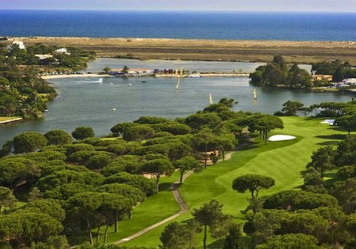 A golf course, a place that you can visit by renting a bike in Quinta do Lago