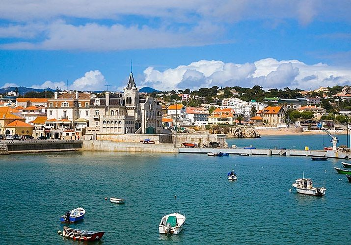 After renting a bike in Cascais you can ride around beautiful beaches